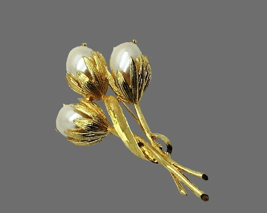 Three flower brooch. Gold plated metal alloy, faux pearls