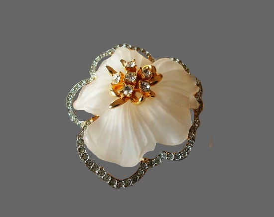 White flower vintage brooch pendant. Gold tone alloy, rhinestones, lucite