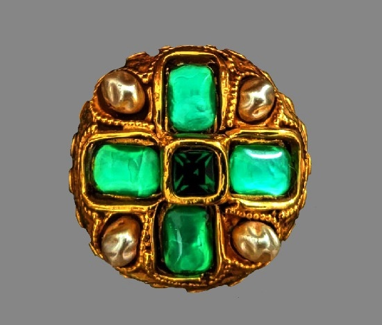 An impressive round shaped brooch with green resin, art glass inserts, partly gold plated base, faux emerald, faux baroque pearls