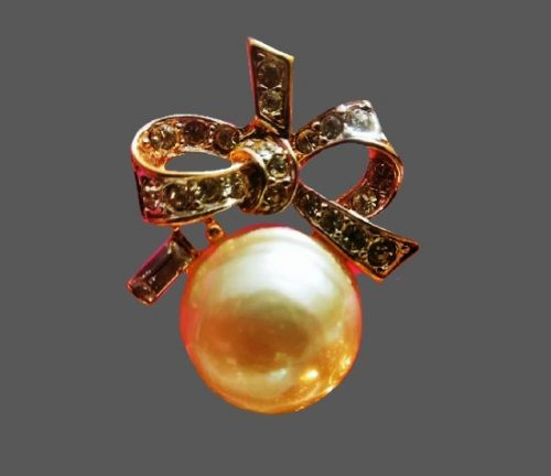 Bow with pearl necklace. Gold plated, faux [earl. 1970s
