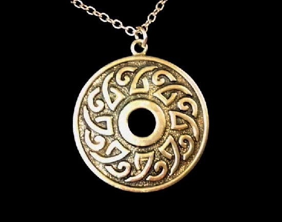 Celtic motif sterling silver round shaped pendant. 4 cm. 1972