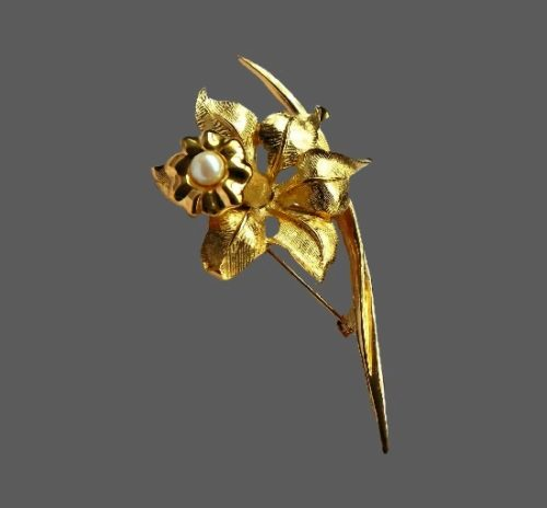 Daffodil vintage brooch. 24 K gold plated, faux pearl. 7 cm. 1980s