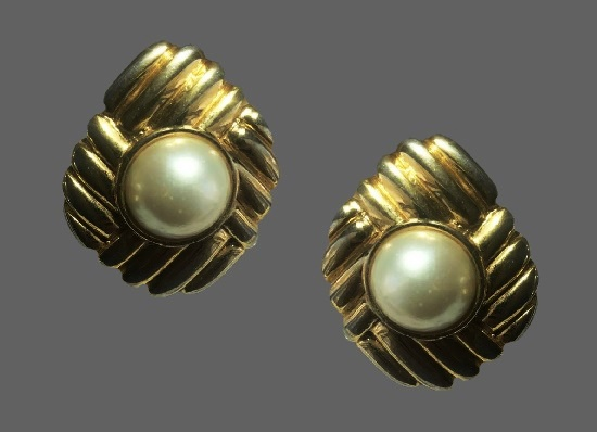 Faux pearl gold tone clips. 4 cm. 1980s