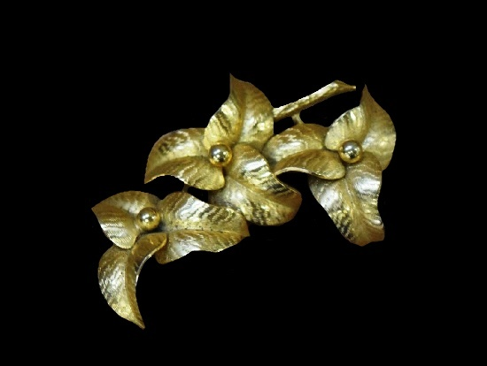 Floral design gold tone brooch