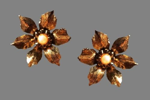 Flower clips. Gold plated metal alloy, faux pearl. 2.5 cm. 1980s