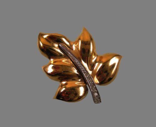 Gold leaf brooch. Rhodium plated gold tone metal alloy, rhinestones. 4.5 cm. 1970s