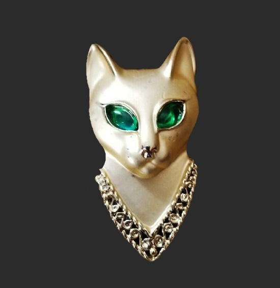 Green-eyed cat head brooch. Gold tone, green glass