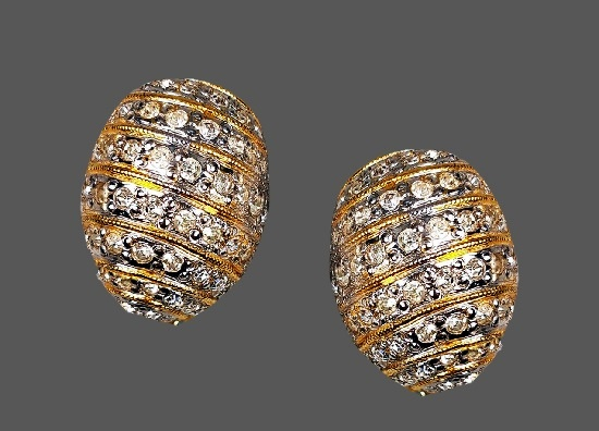 Oval shaped pave rhinestones gold tone clips. 2.7 cm. 1980s.