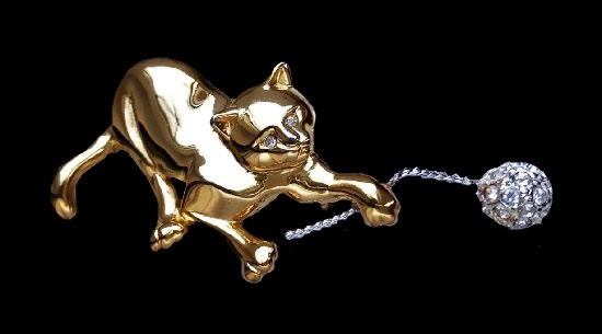 Playing kitten vintage brooch. Gold tone alloy, rhinestones. 6.5 cm. 1980s