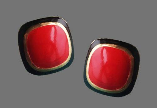 Red enamel gold tone pierced earrings. 2.4 cm. 1970s