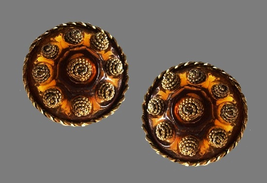 Round shaped runway couture clip on earrings. Gold tone metal, brass, amber resin. 4.4 cm. 1980s