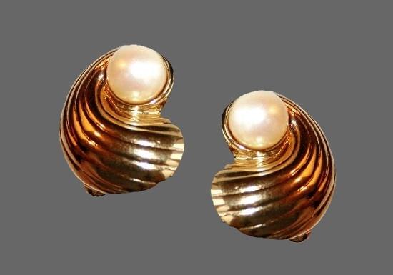 Seashell earrings. Gold plated metal alloy, faux pearl. 2.5 cm. 1990s