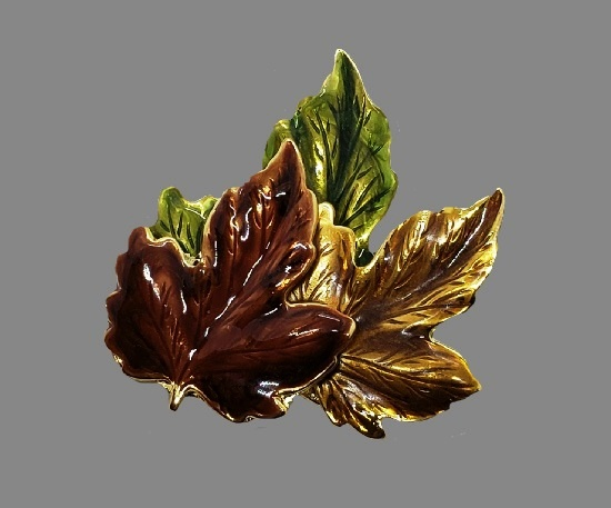 Three maple leaves brooch pin. Gold tone alloy, enamel