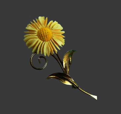 Daisy flower brooch. 12K gold filled, lucite