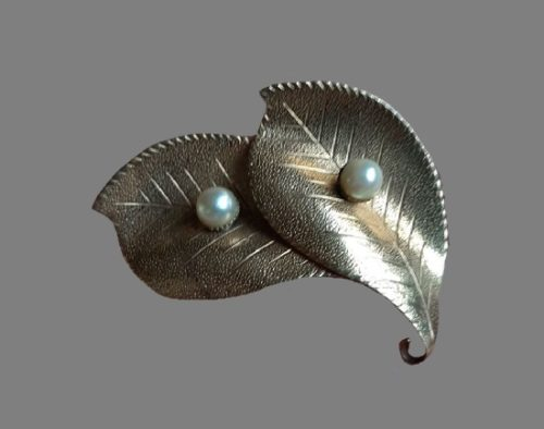 Double Leaf brooch. 5 cm. Gold plated metal alloy, faux pearls. 1960s