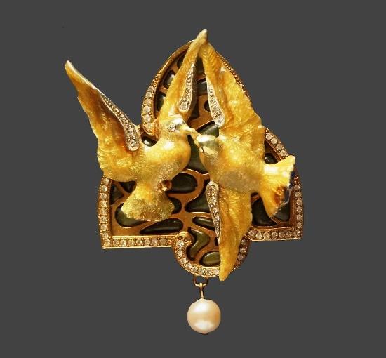 Doves of Venus brooch. Gold tone alloy, faux pearl, rhinestones, acrylic. 7 cm. 1990s