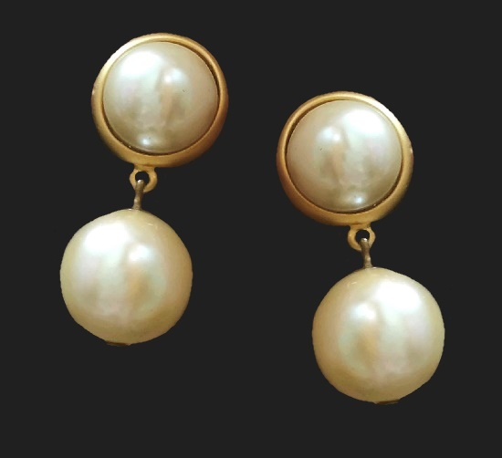 Faux pearl gold tone dangle earrings. 4.5 cm. 1970s