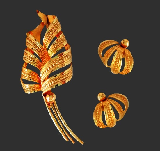 Feather design trextured 12 K gold filled brooch and earrings