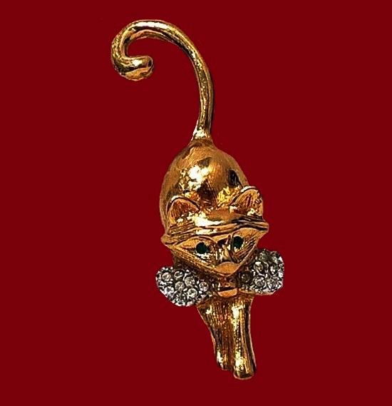 Kitten vintage brooch. Metal alloy, gold plated, pave rhinestones. 5.5 cm. 1980s