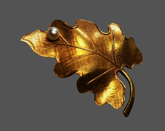 Oak leaf brooch. 12 K gold filled, faux pearl