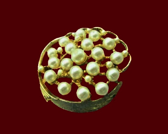 Pearl round shaped brooch. Gold tone, faux pearls