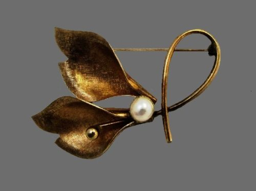 Trumpet lilly pin. 12 K gold filled, faux pearls