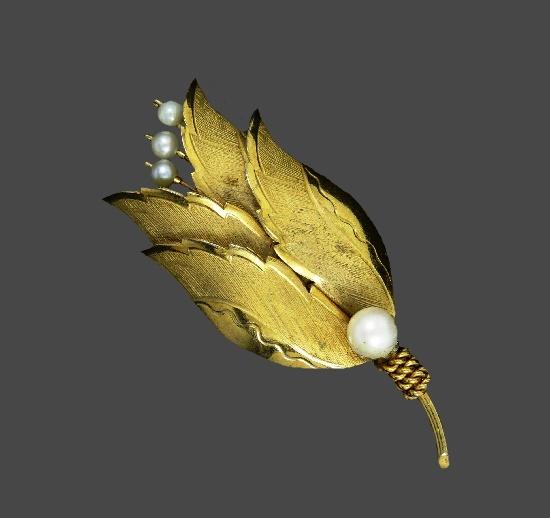 1950s Flower brooch. 12 K gold filled metal alloy, cultured pearl