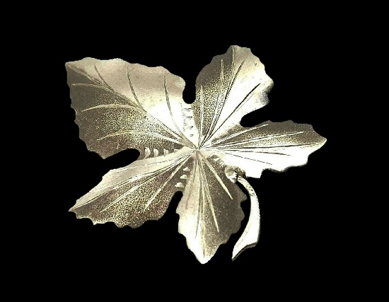 1966 sterling silver leaf brooch. 4 cm