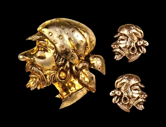 A pirate head brooch and earrings. Gold plated sterling silver. Brooch 4.8 cm, earrings 2 cm. 1945. Designer Frederick J. Pearsall. Marleen vintage costume jewelry