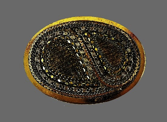 Art deco oval shaped brooch. Brass, gold, silr. 5 cm. 1960s