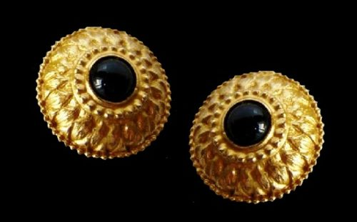 Black glass cabochon gold tone textured metal earrings. 3.5 cm. 1980s