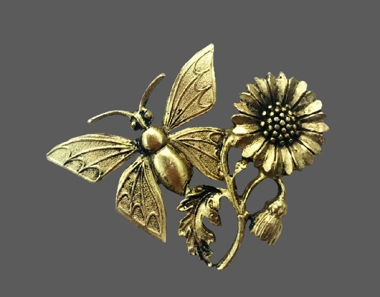 Butterfly and daisy brooch of gold tone. 1995. Bergdorf Goodman vintage costume jewelry