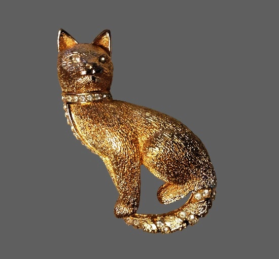 Cat with crystal collar gold tone brooch. 6 cm