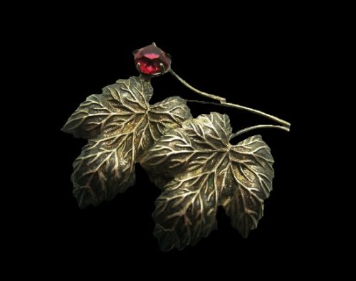 Currant leaf and berry brooch. Faux garnet, textured sterling silver. 4 cm. 1950s