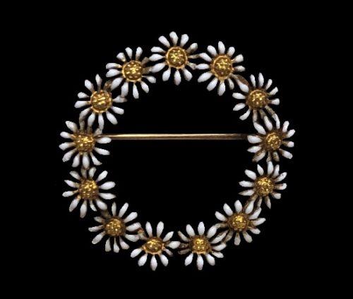 Daisy circle pin. 14 K gold, white enamel