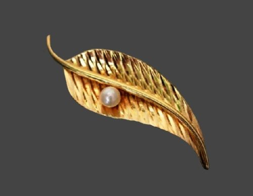 Dewdrop on leaf brooch. Gold plated textured metal, faux pearl. 1950s