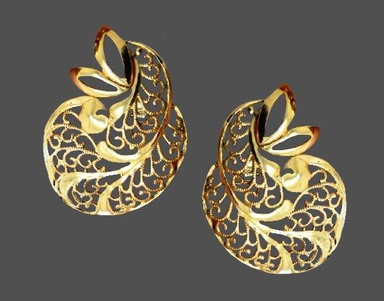 Filigree floral design clip on earrings. 3.7 cm. 1980s