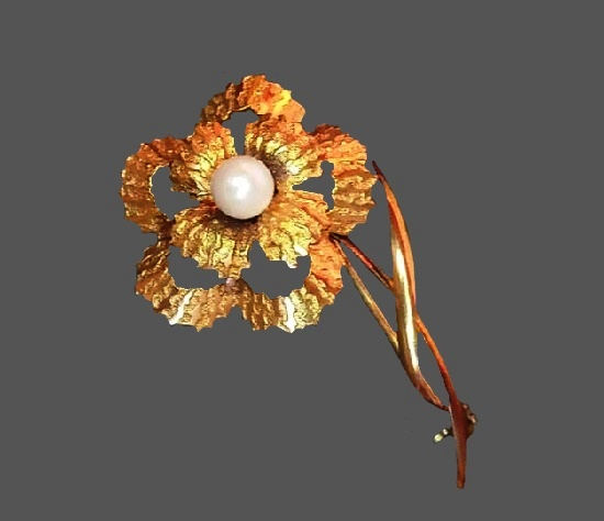 Flower brooch. Gold plated, faux pearl. 4.5 cm. 1960s