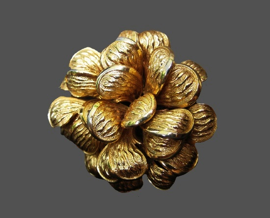 Flower brooch. Gold tone textured metal, 4.8 cm. 1968
