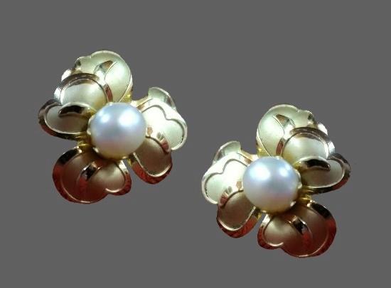 Flower screw back earrings. 12 K gold filled, pearl. IPS