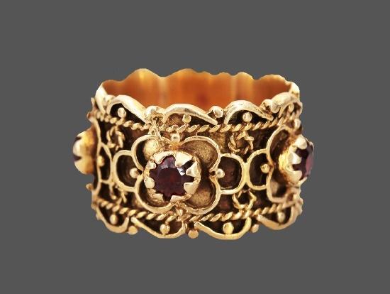 Garnet stone inserts 14 K gold ring. 1950s