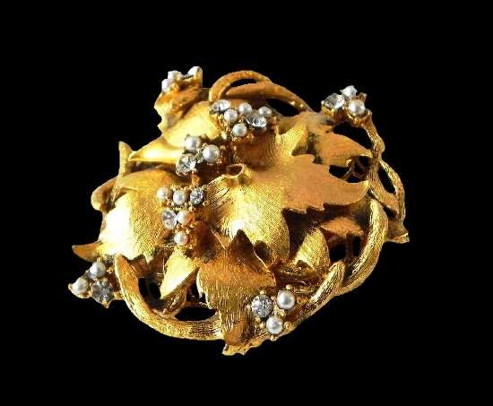 Gold leaves and berries vintage brooch. 24 K gold plated, faux pearl, Swarovski crystals. 5 cm. 1990s