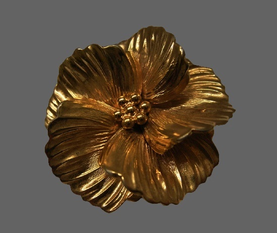 Gold tone flower brooch. 4.4 cm. 1960s