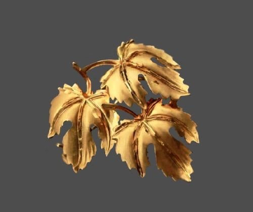 Grape leaves brooch. 18 K Gold plated metal. 1930s