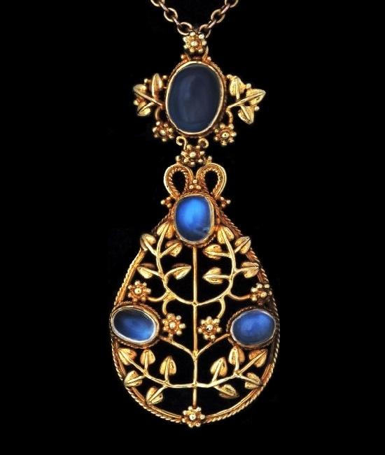 Grapevine pendant. 5.5 cm. Circa 1900. Gold, moonstone