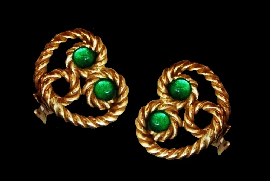 Green glass gold tone metal heart shaped earrings. 2 cm. 1980s