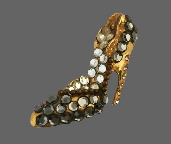 High heel gold plated rhinestones brooch. 4 cm. 1980s