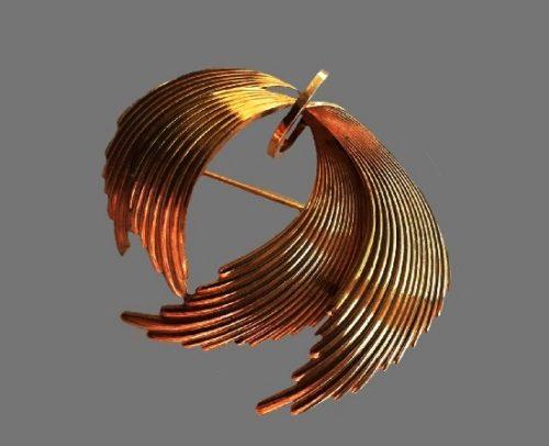 Modernist design gold tone pin. 4.5 cm. 1970s