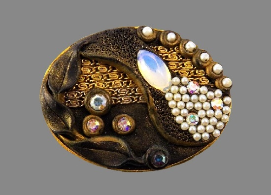 Oval shaped brooch. 18 K gold plated, leather, rhinestones, faux pearls. 1940s