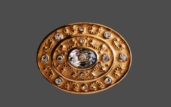 Oval shaped brooch. Gold plated metal alloy, rhinestones. 5 cm. 1960s
